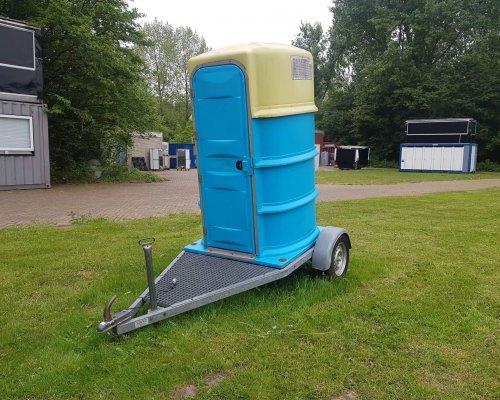 Toiletcabine op aanhanger